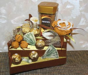 Оригинальное оформление подарка в виде кофе и сладостей