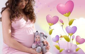 Розовый фон беременная держит кукольного зайку
