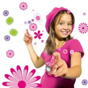 Девочка на белом фоне с розовыми цветами