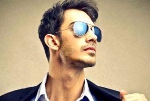 Молодой человек в очках-авиатор