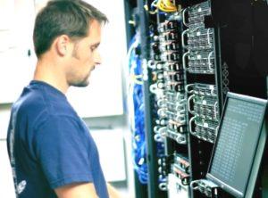 Молодой мужчина в серверной комнате