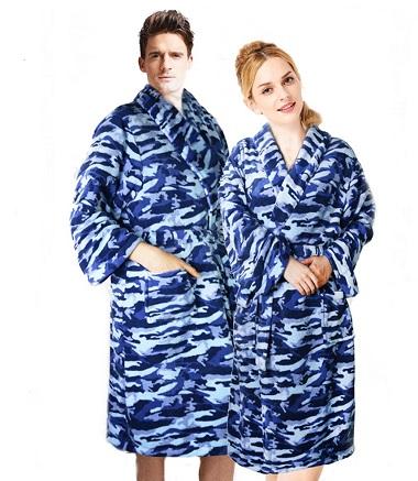 Синие банные халаты на мужчине и женщине