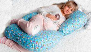 Синяя в цветочек подушка для беременной