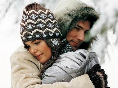 Пара обнимается зимой
