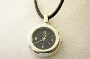 Необычный кулон в виде часов