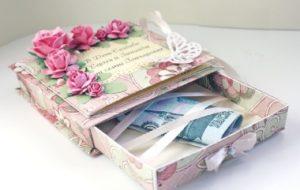 Тысяча рублей в розовой коробке с цветами