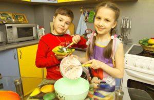 Дети готовят праздничный ужин для папы