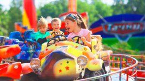 Дети-выпускники в парке развлечений