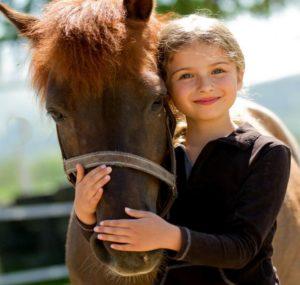 Пони в объятиях девчушки