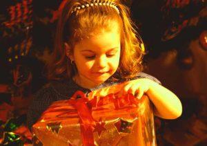 Девочка трех лет с подарком