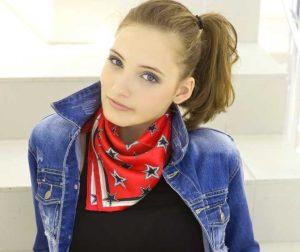 Девушка с шейным платком