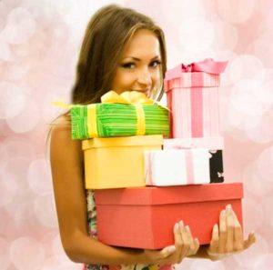 Девушка на совершеннолетие с подарками