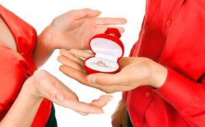 Ювелирные изделия в подарок жене на 8 марта
