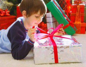 Мальчик с подарками