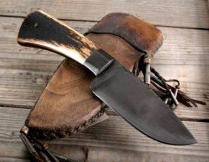 охотничий нож в кожаном чехле