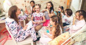 много девочек в пижамах