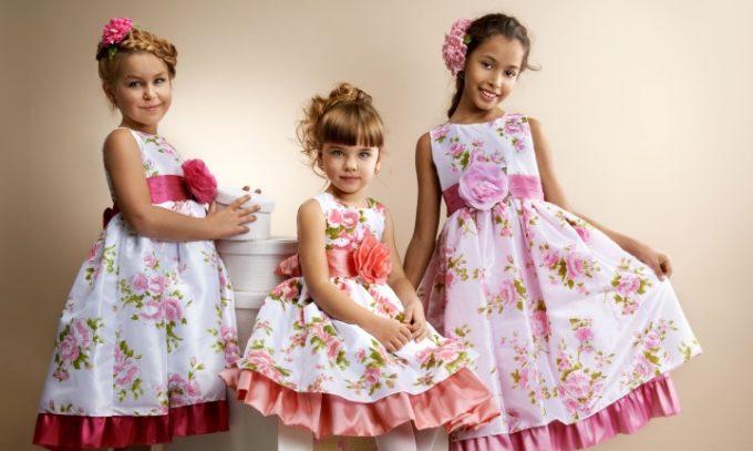 Три девочки в белых платьях с цветочным рисунком