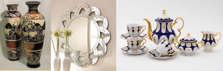 Зеркало на стене, сервиз и напольная ваза