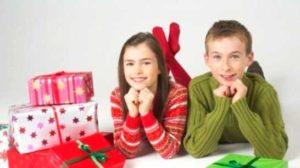 Подростки с подарками