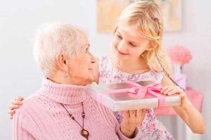 Бабушка принимает подарок от внучки