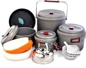 большой набор разной посуды для похода