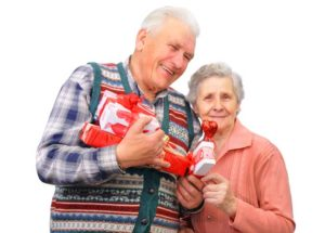 Пара пожилых людей с подарками