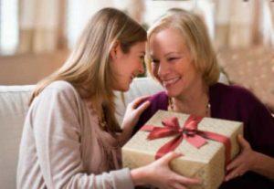 Племянница дарит подарок тёте
