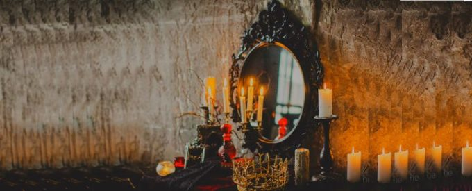Зеркало старинное в темной комнате