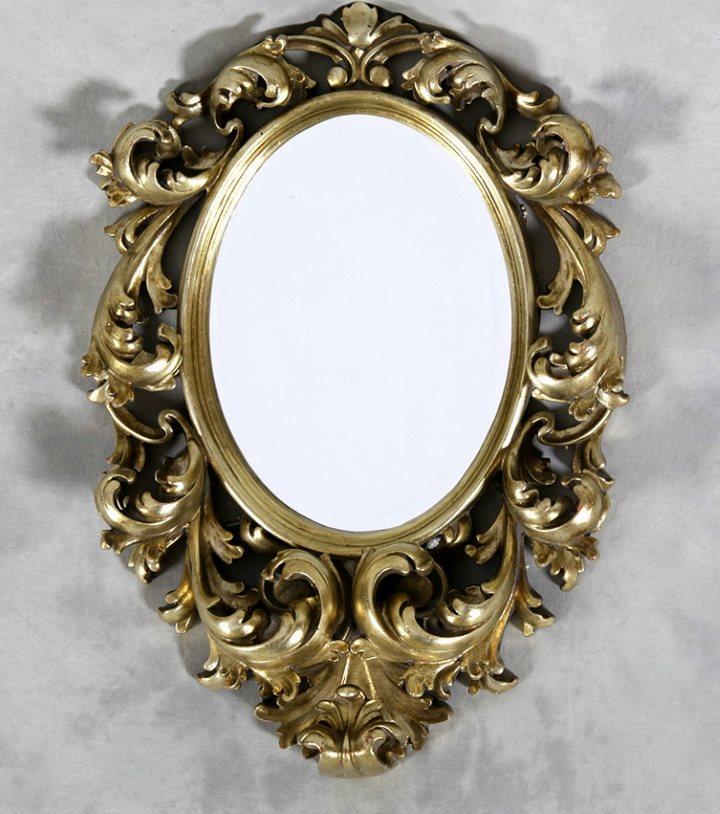 Настенное зеркало в металлической раме литье