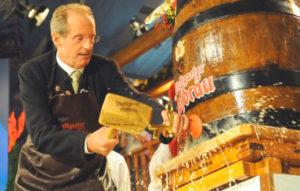 Мэр немецкого города открывает первую бочку на Cannstatter Volksfest