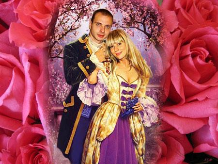 Розы и молодые в тематических нарядах