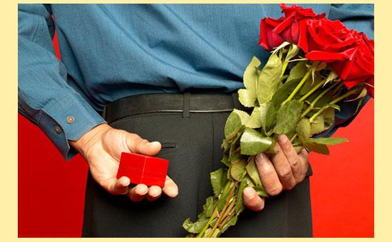 Мужчина с цветами и подарком