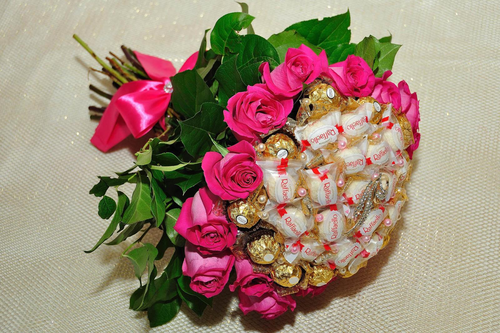 Розы интересные букет из конфет, букеты оренбурге