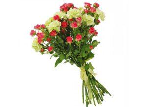 Красивый букет из роз и гвоздик
