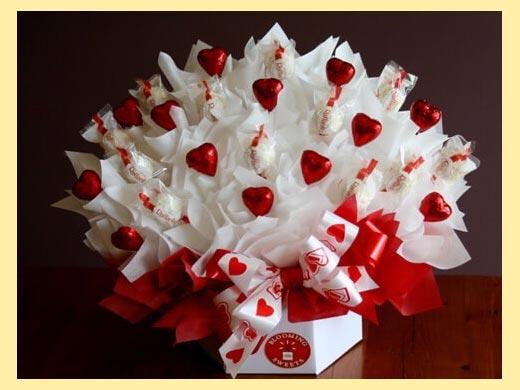 Цветочный букет с конфетами