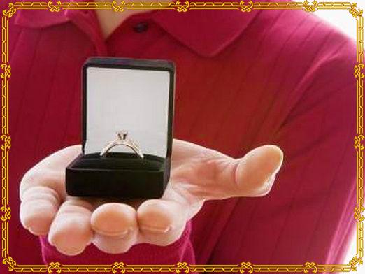 Мужчина дарит кольцо