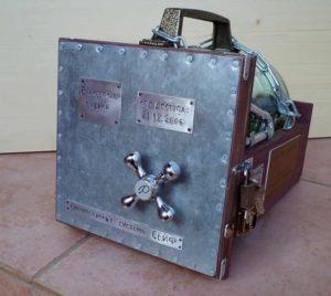 Сейфовое хранилище в подарок с деньгами