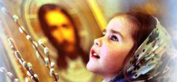 Девочка смотрит на иконы