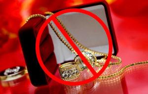 Не стоит дарить дорогие украшения на первое свидание