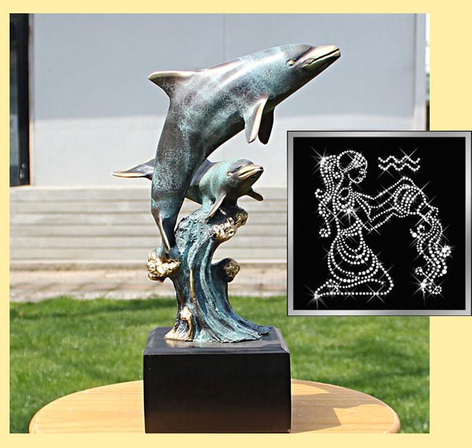 Скульптура дельфинов и картина водолей