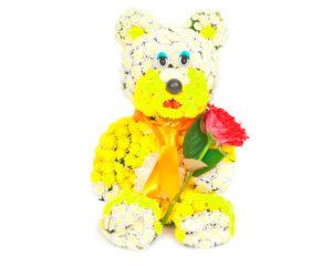 Красивая композиция из цветов в виде игрушки