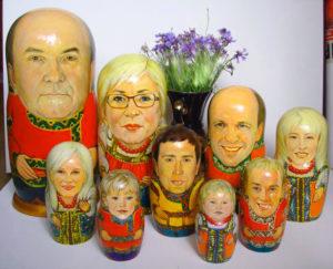 Матрешки-сувениры с фотографиями членов семьи