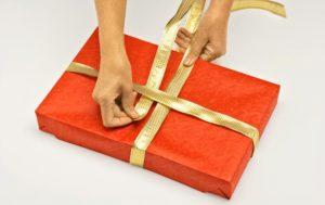 Упаковка подарка с лентами