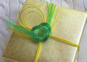 Упаковка подарка узелками и нитками