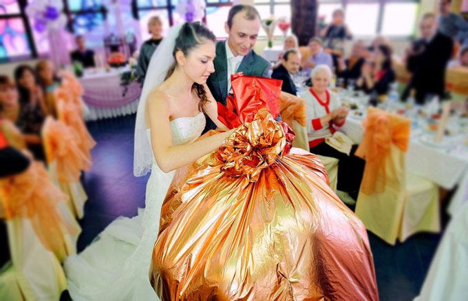 Молодожены раскрывают подарок на свадьбе