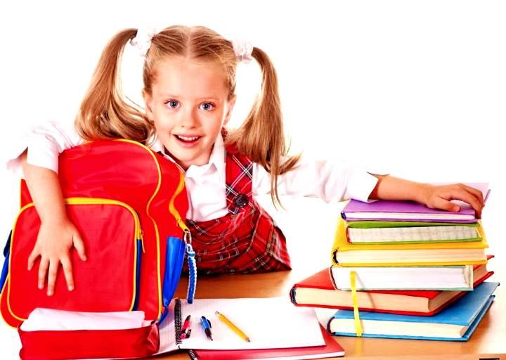 Девочка первоклашка с красным портфелем и книгами