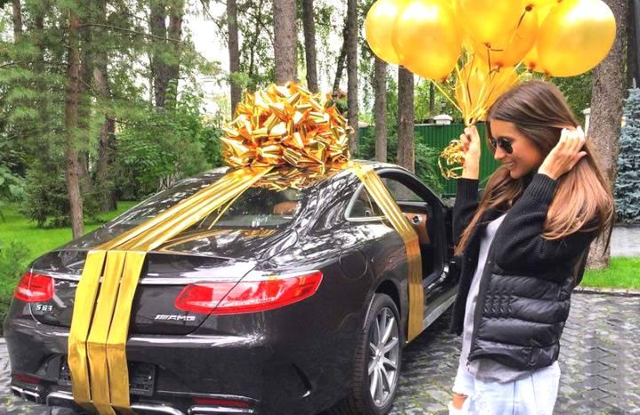Машина с золотым бантом и шарами