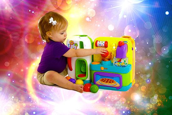 Девочка и игрушечный кухонный набор