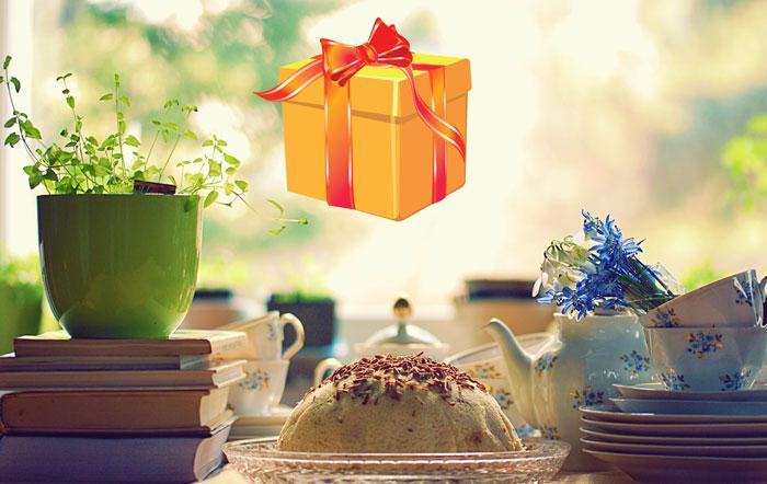 Посуда и книги на столе и подарок