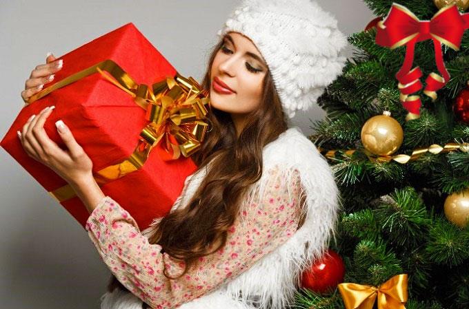 Новогодний подарок и девушка